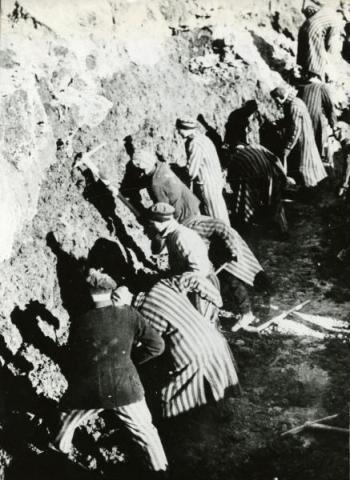 A sachenhauseni koncentrációs tábor foglyai földmunka közben