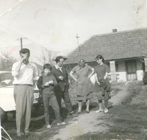 Faragó Vilmos családjával a régi újkígyósi ház előtt