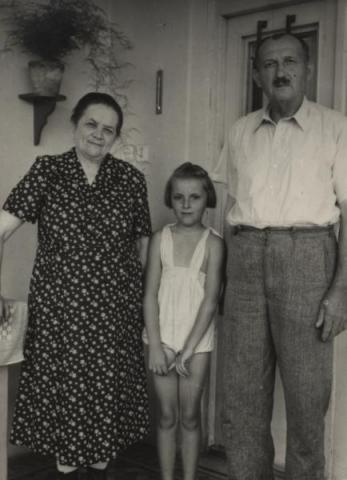 Tóth István lánya, Márta az apai nagyszüleivel