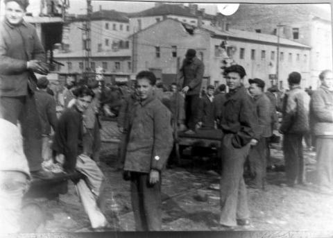 Ipari tanulók csoportja a Széna téren