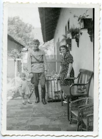 Szabadságon lévő katona családjával