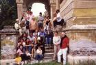 Családi találkozó, csoportkép a romos nádasdladányi kastély lépcsőjén