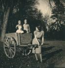 Nádasdy Ferenc nővéreivel és édesanyjukkal a kastélyparkban